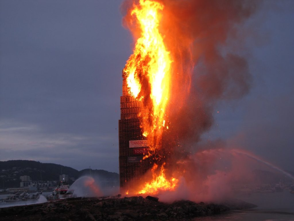 Norwegians Celebrate The Summer Solstice With The Worlds Biggest - Norway creates biggest bonfire world